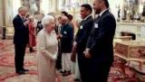 Королева Елизавета II, изображение посетила впервые шоу Недели моды в Лондоне
