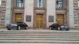 Перед входом в Время припаркован последние два Bentley. Фото